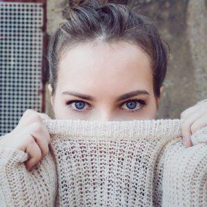 yoga facial para prevenir las ojeras